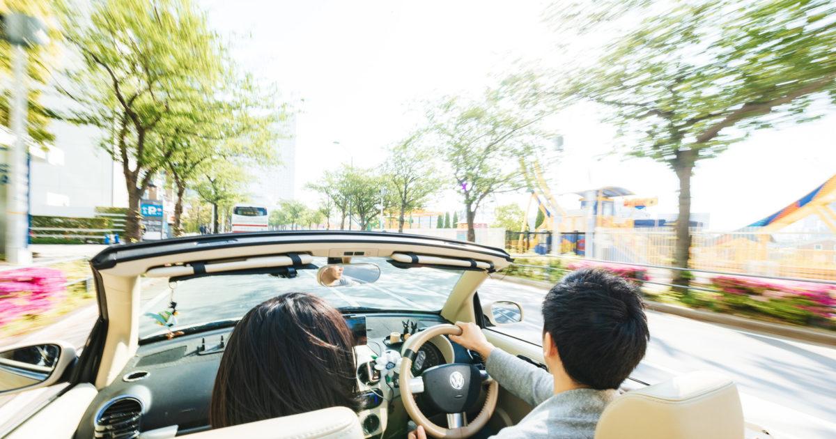 街中をオープンカーで颯爽と駆け抜ける(デート中)