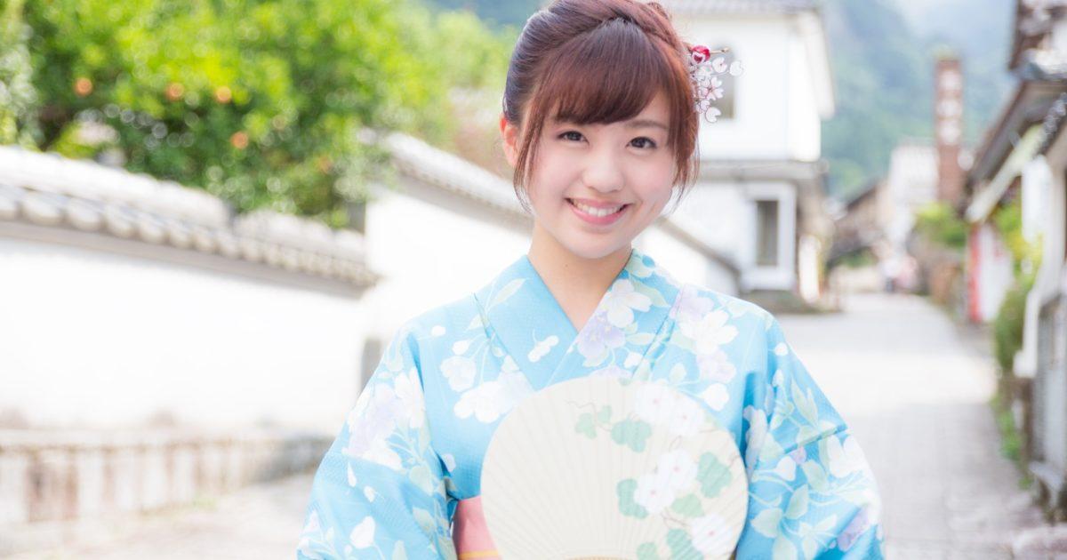 伊万里市大川内山へ観光に来た青い浴衣の若い女性