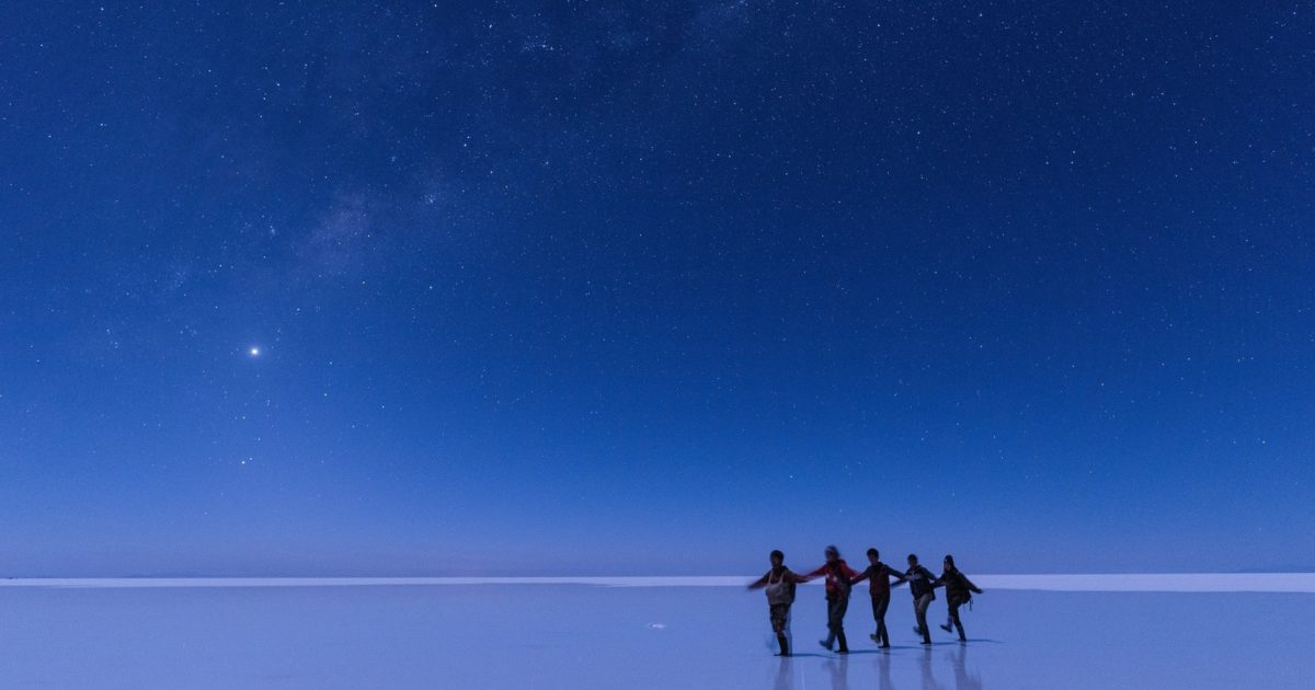 ウユニ塩湖で星空ツアーを楽しむ観光客