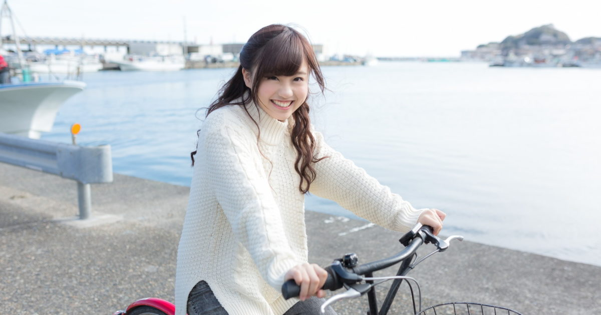 自転車にのってはしゃぐ彼女