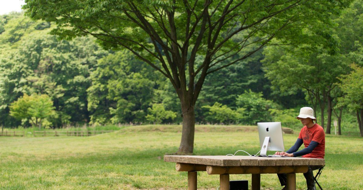 僕は緑に包まれた公園のテーブルでWebメディアを運営する