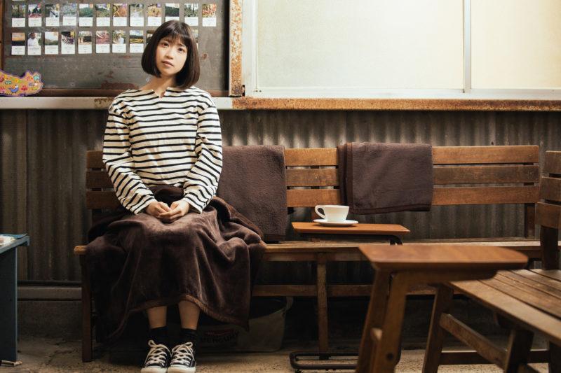 レトロな雰囲気のカリオモンズコーヒーの店内で一息つく女性
