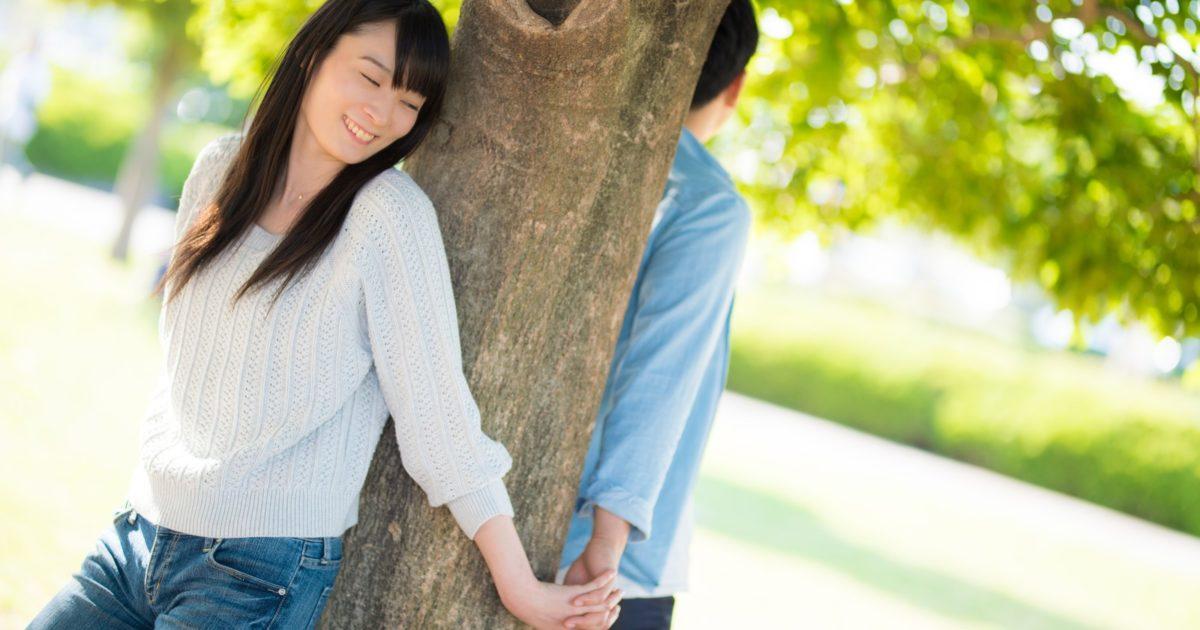 「恋人」のシーンでよくある木を使った構図