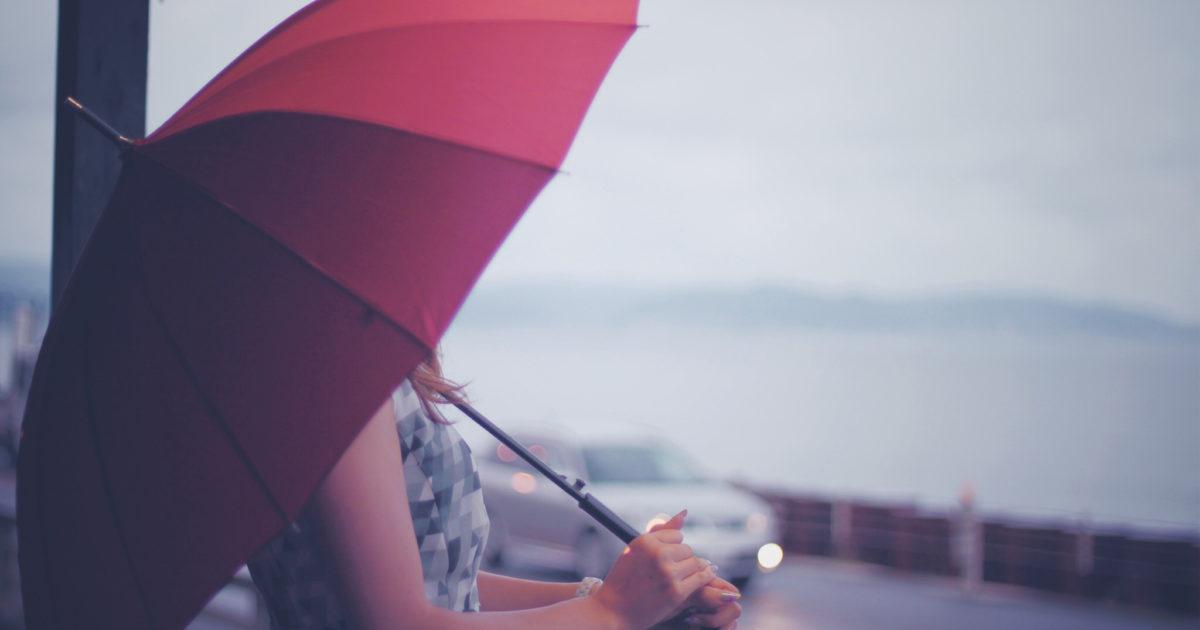 梅雨の鎌倉で傘をさす女の子