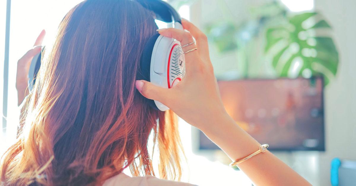 #stayHome ゲーミングヘッドフォンをつけてオンラインゲームでボイチャしようとしている女の子