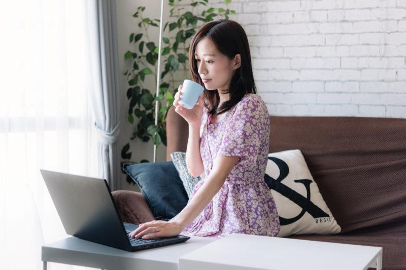Webサイト運営のキーワードを調査する女性