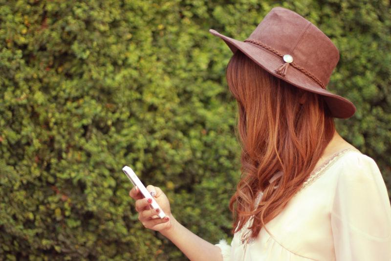 スマートフォンを眺める女の子