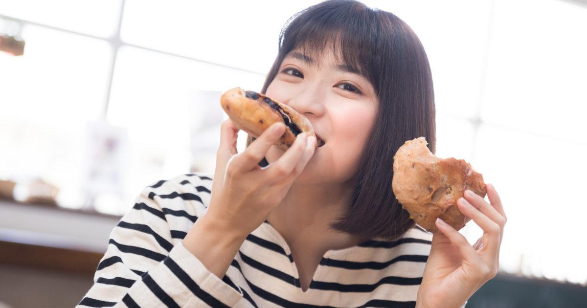 手作りパンを頬張る女性