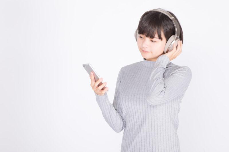 iPhoneでClubhouseを楽しむ女性