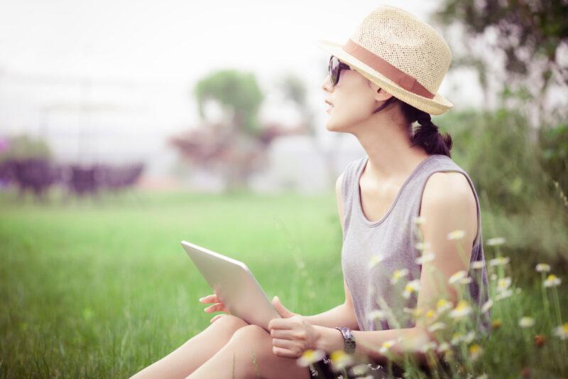 タブレットPCを使用している女性